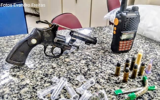 Jovem de 19 anos é preso com arma, droga e rádio em Volta Redonda
