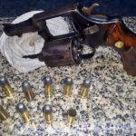 Casal preso tentando vender arma