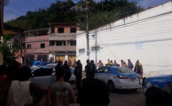 Bandidos fogem de carro e batem em muro