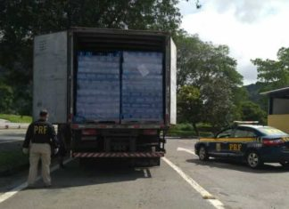Caminhão de cerveja sem nota é apreendido pela PRF.