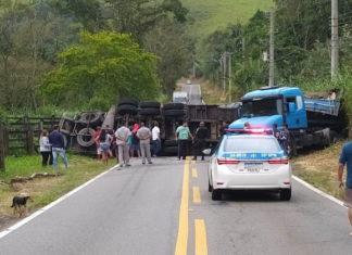 Carreta tomba e interdita rodovia em Rio Claro