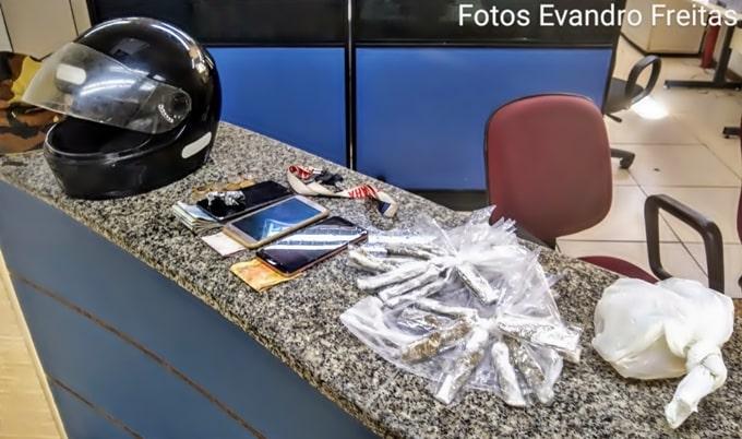 Dois detidos com droga em moto roubada