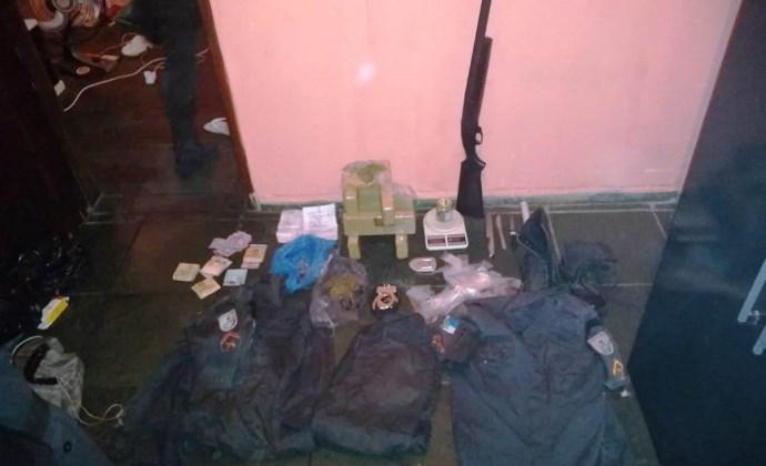 Droga, arma e fradas da PM com suspeito de tráfico.