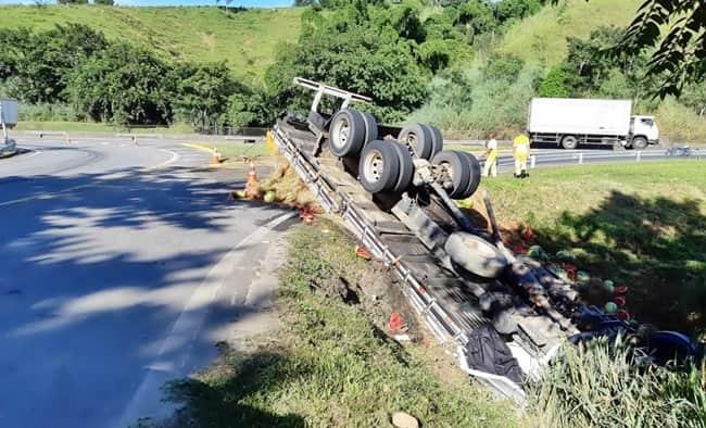 Caminhão caiu em ribanceira