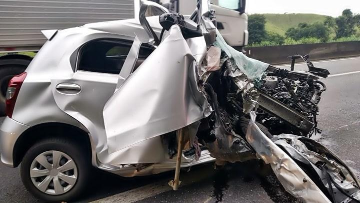 Carro destruído em acidente na Via Dutra.