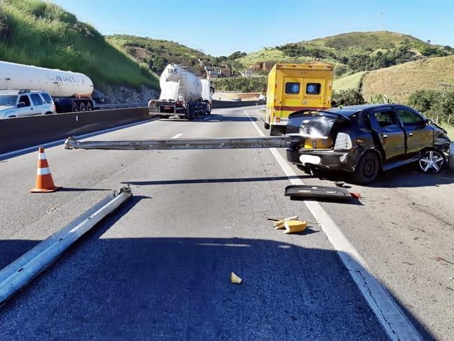 Proteção da pista atravessou o carro na batida