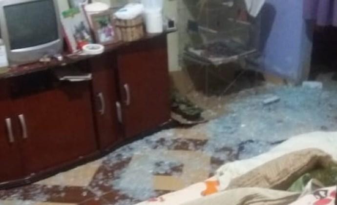 Adolescente morta a tiros dentro de casa