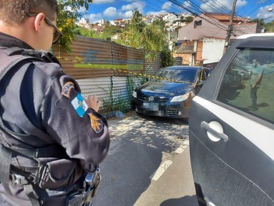 Perícia investiga cena do crime