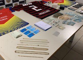 Dinheiro, jóias, documentos falsos e contratos de locação foram encontrados