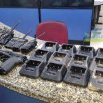 Rádios e carregadores foram apreendidos em piso falso