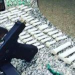 Arma e drogas apreendidas em troca de tiros