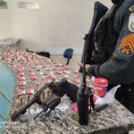 Drogas e arma apreendidas com suspeito de tráfico em Barra Mansa