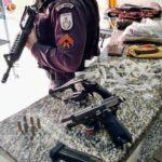 Armas e drogas apreendidas em casa de Barra Mansa