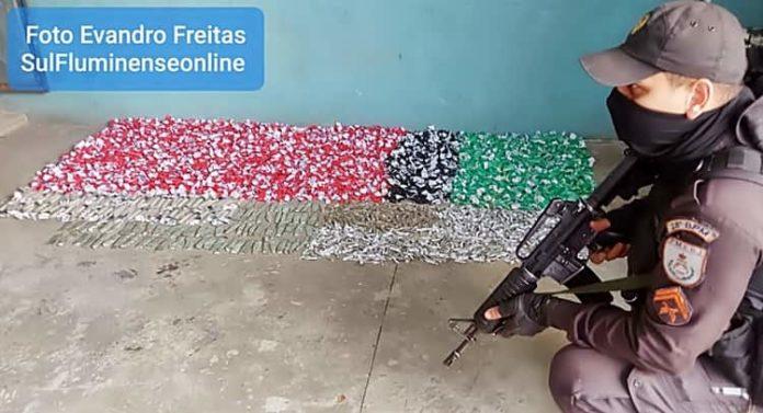 PM apreende mais de 4,4 mil pinos de cocaína em Volta Redonda
