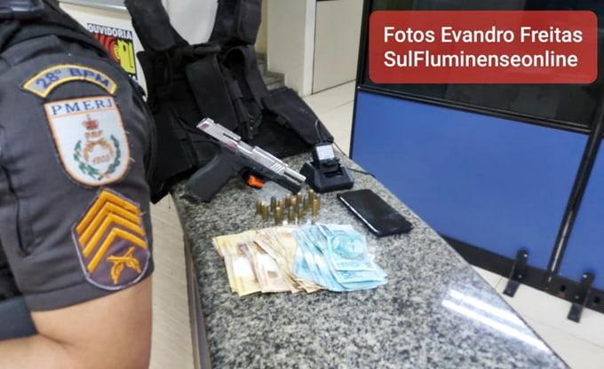 Mãe e filho são detidos com arma em casa no Morro da Conquista