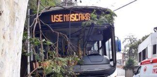 Ônibus bate e árvore e fere quatro pessoas em Valença