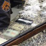 Espingarda e maconha são apreendidas com dois suspeitos em Barra Mansa