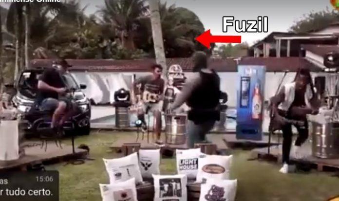 Policial passa com fuzil e assusta músicos