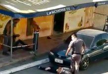 Policial pisa no pescoço de comerciante imobilizada