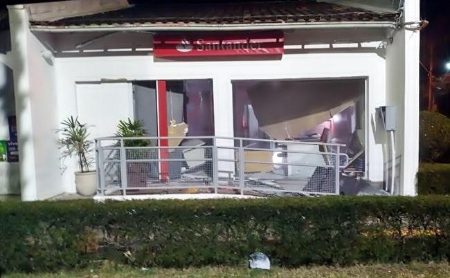 Agência do Santander destruída por explosivos, em Angra
