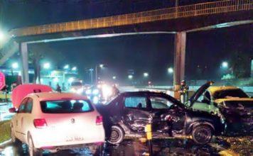 Três carros se envolvem em acidente em Resende, na Via Dutra