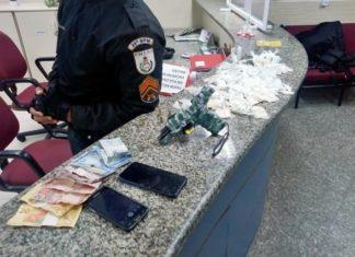 Suspeitos são presos com drogas e arma no Vila Brasília