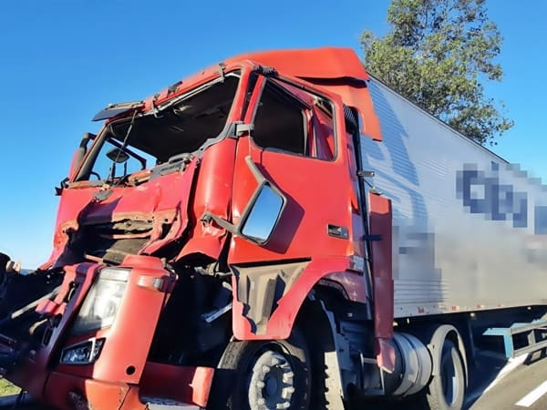 Caminhão bate na traseira do outro, na Via Dutra, em Floriano