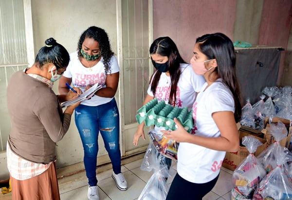 As famílias receberam uma cesta, ovos e ainda um kit-infantil