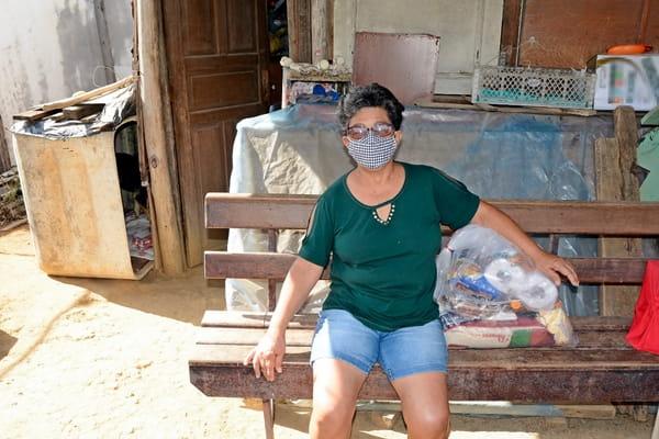 Dona Divina vive sozinha e com a renda mensal de um salário mínimo.