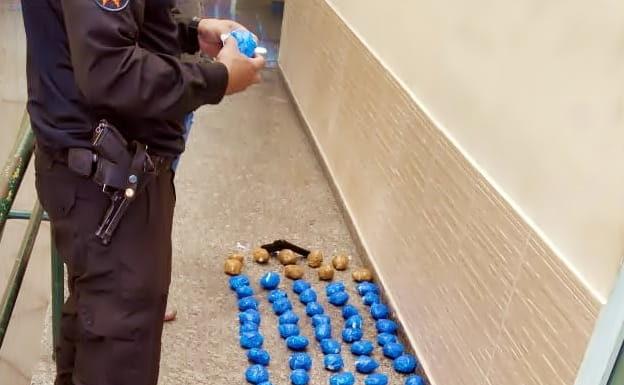 De novo: Droga e arma falsa apreendidas nos predinhos do Jardim Cidade do Aço