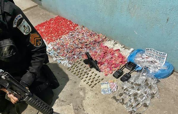 PM apreende mais de 1100 pinos de cocaína e arma nos predinhos do Roma