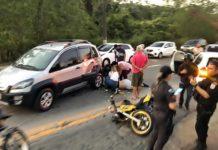 Motociclista fica ferido grave após acidente com carro na Via Dutra