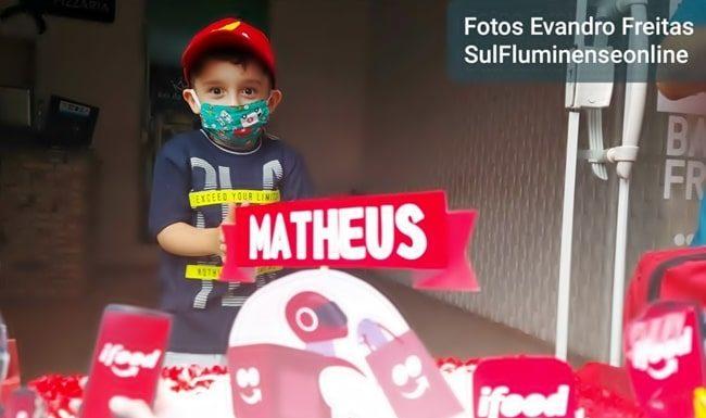 Mini-Motoboy Matheus ganha festa com colegas e apoio da PM