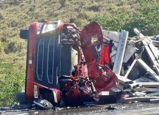 Duas mortes na rodovia após batida entre caminhões