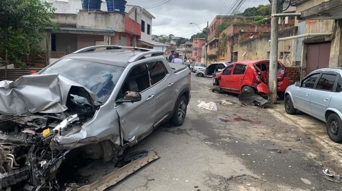 Bandidos roubam caminhonete e batem durante fuga no Santo Agostinho