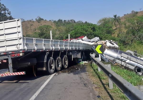 Carreta de óleo diesel tombou e espalhou o combustível na estrada