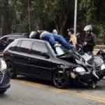Motociclista acaba no teto do carro depois de batida em Volta Redonda