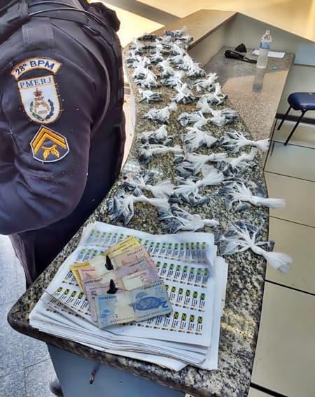 Mulher detida por tráfico com 401 pinos de cocaína