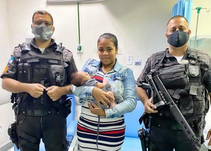 Policiais salvam recém-nascido engasgado no centro de Volta Redonda