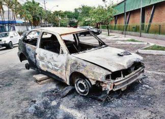 Carro pega fogo e ladrões fogem, no Centro de VR