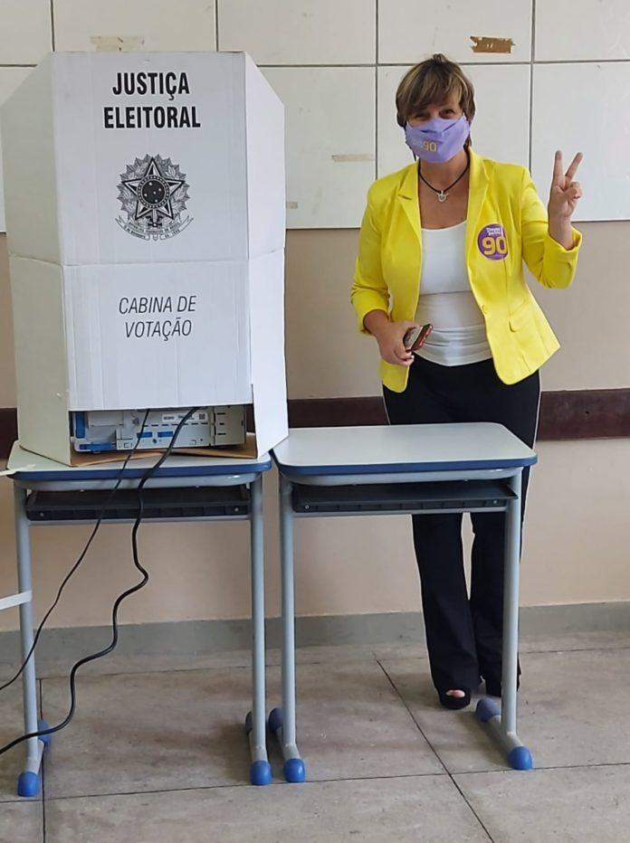 Dayse vota pela manhã no Conforto