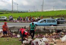 Caminhão com cerveja tomba e carga é saqueada na Dutra, em Itatiaia