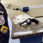 PM prende jovem armado com drogas, em Barra Mansa