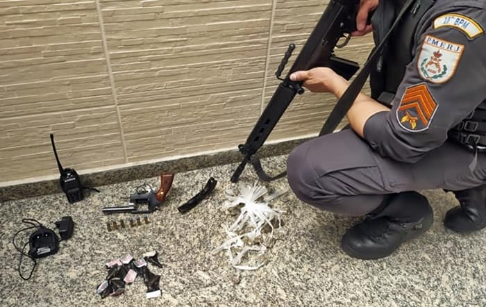 Duas ocorrências distintas apreendem arma, rádio e drogas em bairro de Volta Redonda