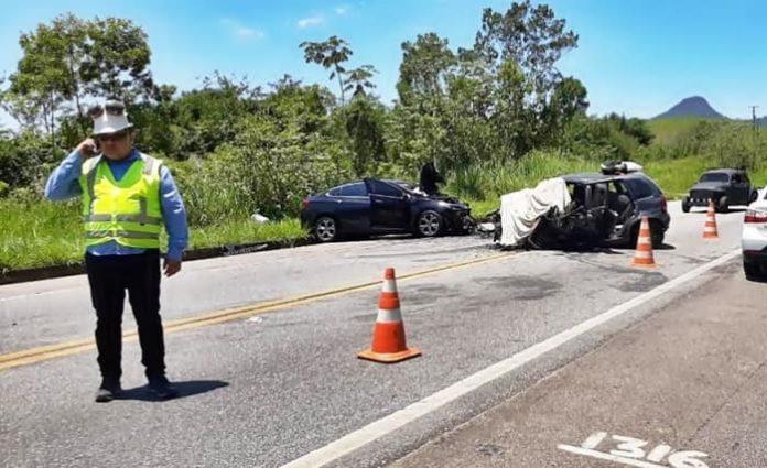 Acidente entre dois carros mata um e deixa cinco feridos em Angra