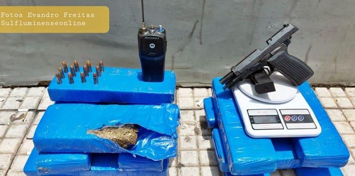 Arma municiada foi encontrada pelos agentes na garagem.