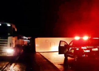 Ônibus tomba na Via Dutra e interdita o trânsito de madrugada