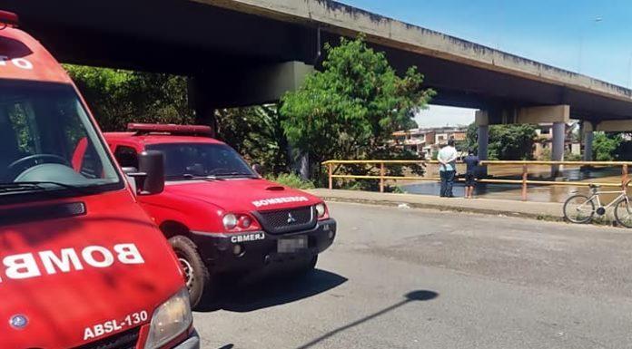 Bombeiros procuram por homem que se jogou no rio, em Volta Redonda