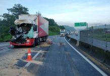Motorista morre ao bater com caminhão na Via Dutra