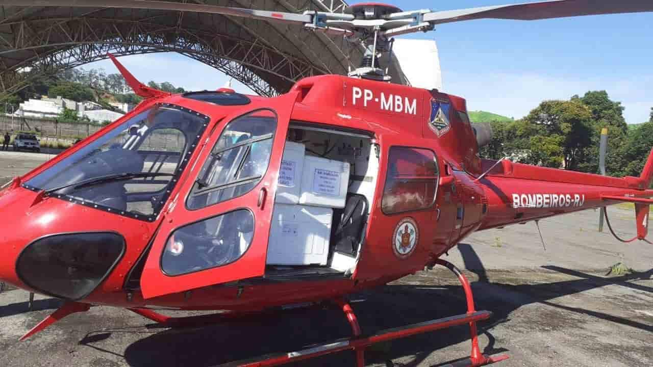 Helicóptero dos Bombeiros chegam com vacinas em Barra Mansa